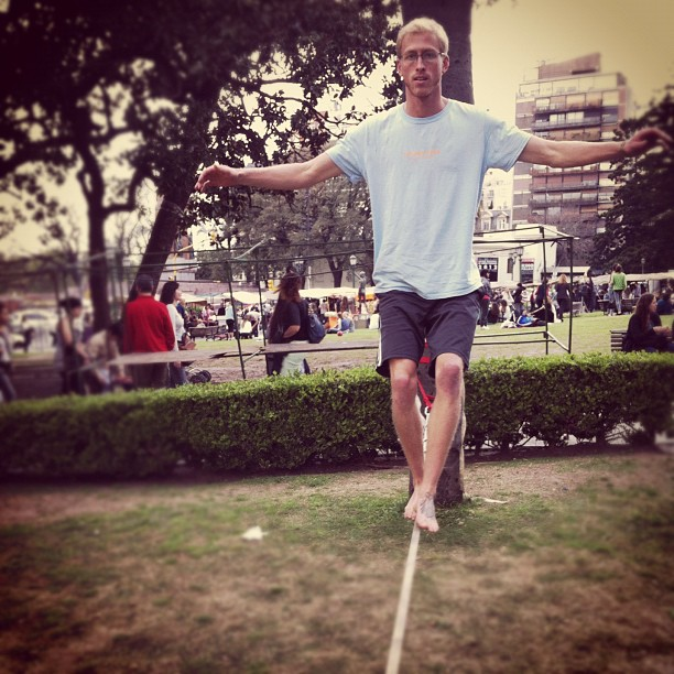 Dan learns to walk on the slack line in a porteño park