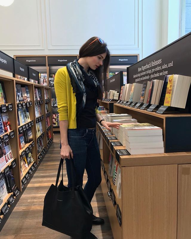 When is cloudy outside, we stay inside 📚 . . . #booklovers #madeinnyc #handbags #leatherbag #leathertote #saturday #amazonbookstore  @khaleesijenny