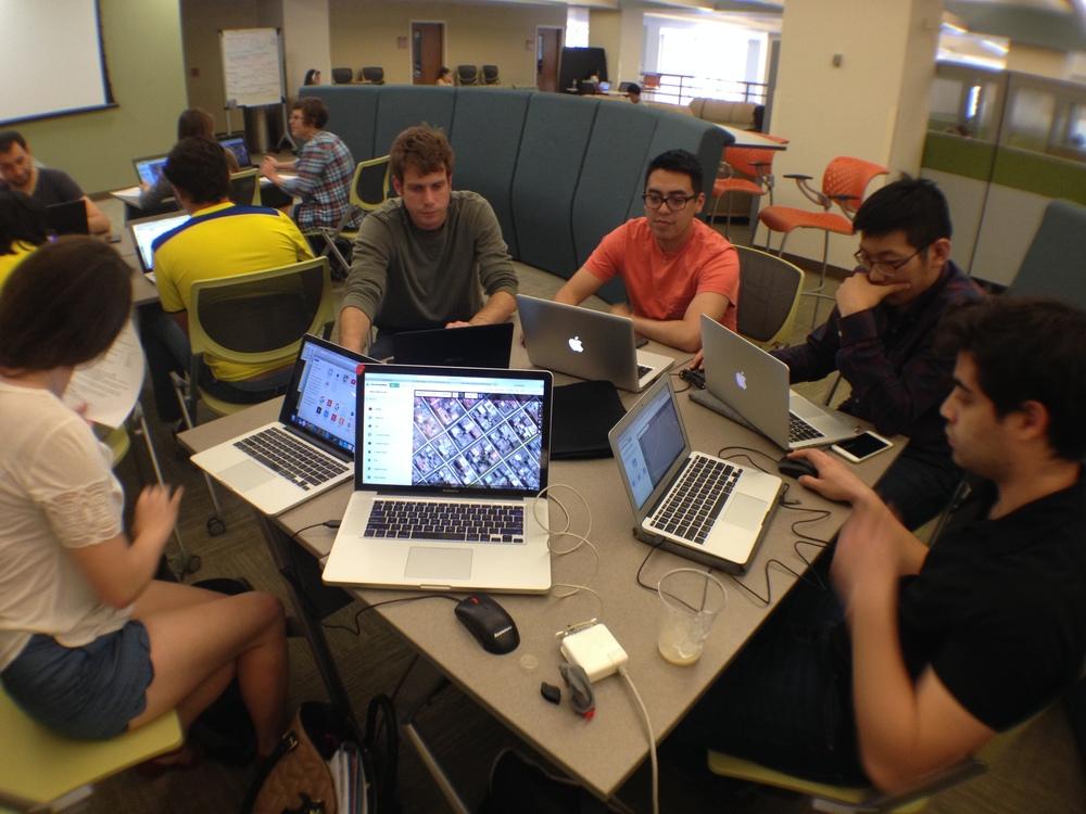 """Un """"Mapaton Humanitario"""" en la Universidad de Carolina del Norte en Chapel Hill organizado por estudiantes Ecuatorianos el 18 de Abril. Entre 20 a 30 estudiantes se juntaron por unas horas para digitalizar mapas de las zonas mas afectadas en Ecuador por el terremoto."""
