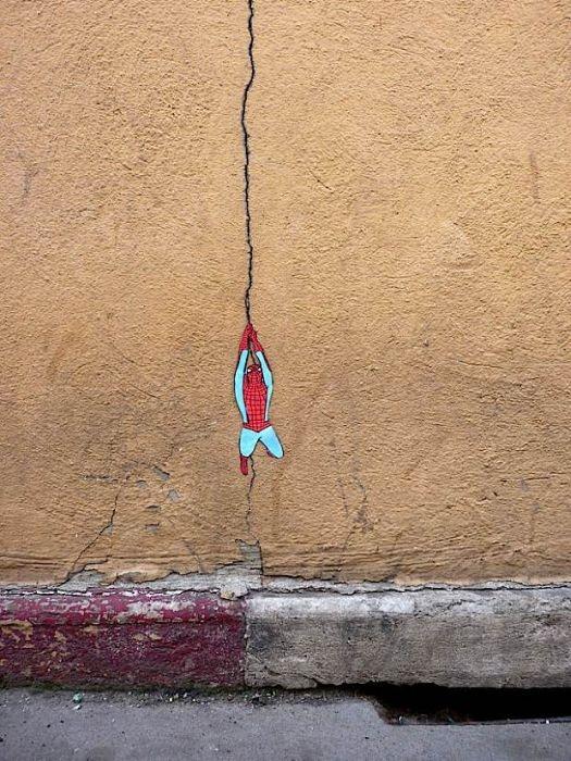 Via willzone :     spiderman street art.