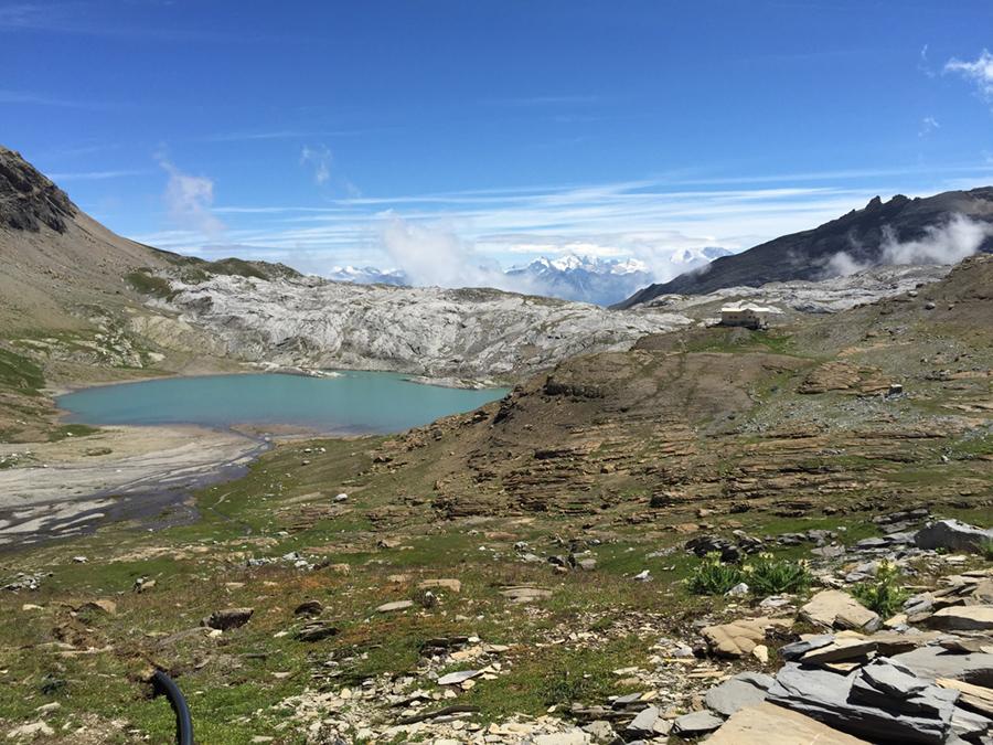 Blick über Wasserleitung (links) zur Hütte und See.JPG