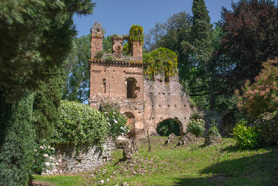 5-Garden-of-Ninfa-most-romantic-botanical-garden-Italy-Rome-Purple-Home-News.jpg