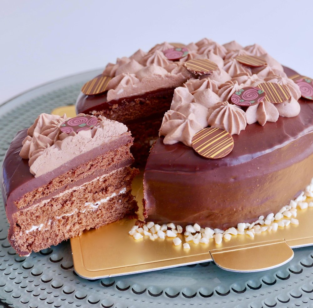 トリュフェルトルテ - チョコレートトリュフのようなケーキです💘チョコレートをしっかりと感じるスポンジ生地、チョコレートトリュフと同じ材料で作るクリームの作り方、デコレーション方法を丁寧にお教えいたします♪バレンタインのプレゼントにも最適🌟チョコレート好きにはたまらない濃厚ケーキに仕上げます💕