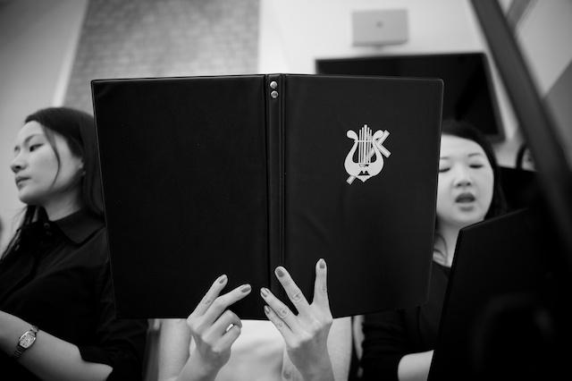 Hong-Kong-wedding-union-church-choir-black-and-white