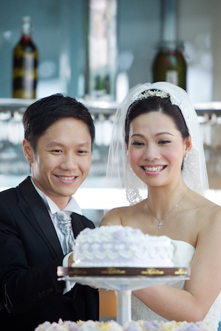 Hong-Kong-Watermark-Central-wedding-day-bride-groom-cake-cutting