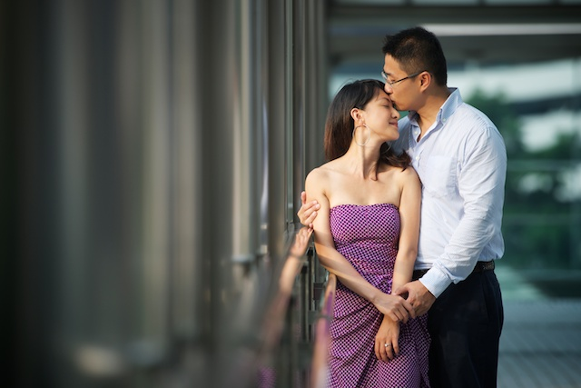 Hong-Kong-Park-engagement-photoshoot-couple-kissing-on-bridge