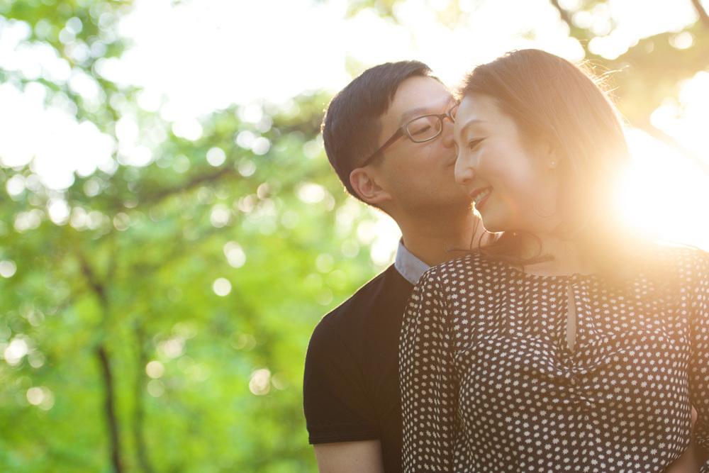 new-york-engagement-photographer-central-park-couple-kissing-sun-behind-back.jpg