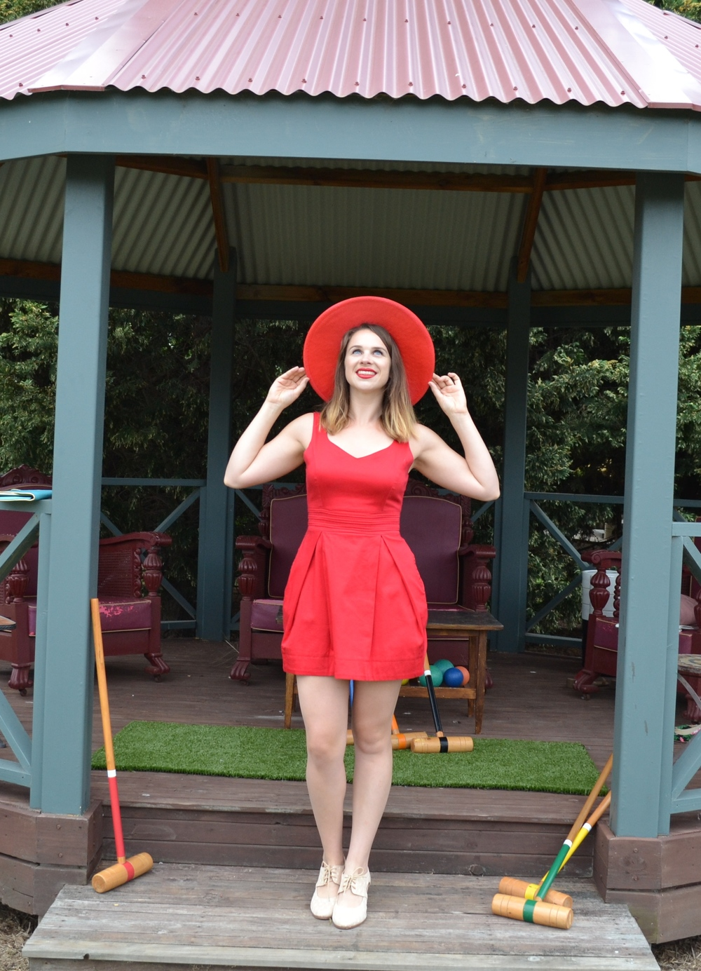 red-fitted-dress-red-sun-hat-modcloth-gold-heels