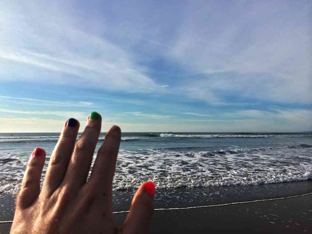 ocean-beach-painted-nails-hand