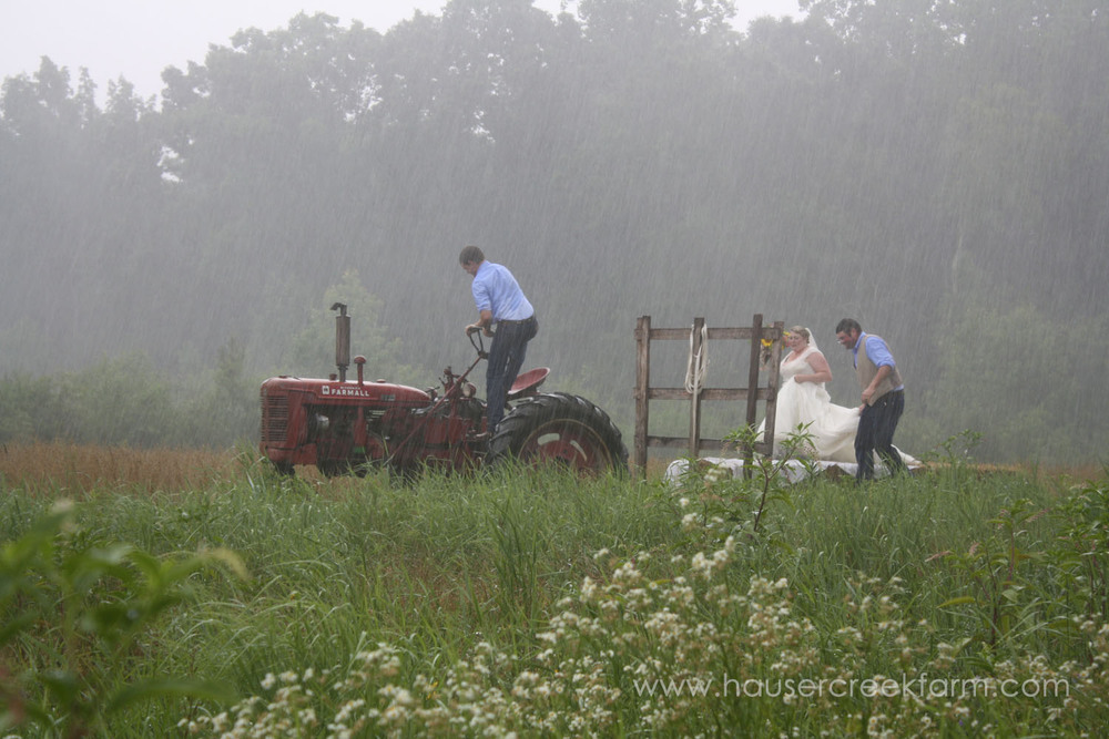 tractor-for-bride-and-groom-in-rain-at-farm-wedding-4502.jpg