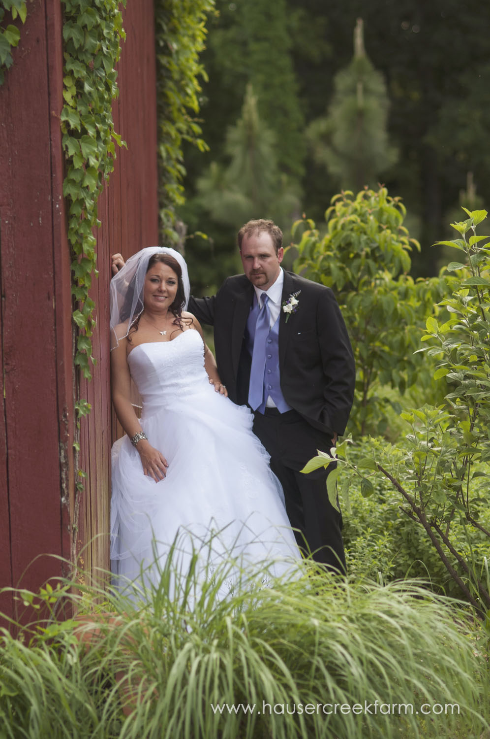 bride-and-groom-farm-wedding-red-barn-a-photo-by-ashley-0826.jpg
