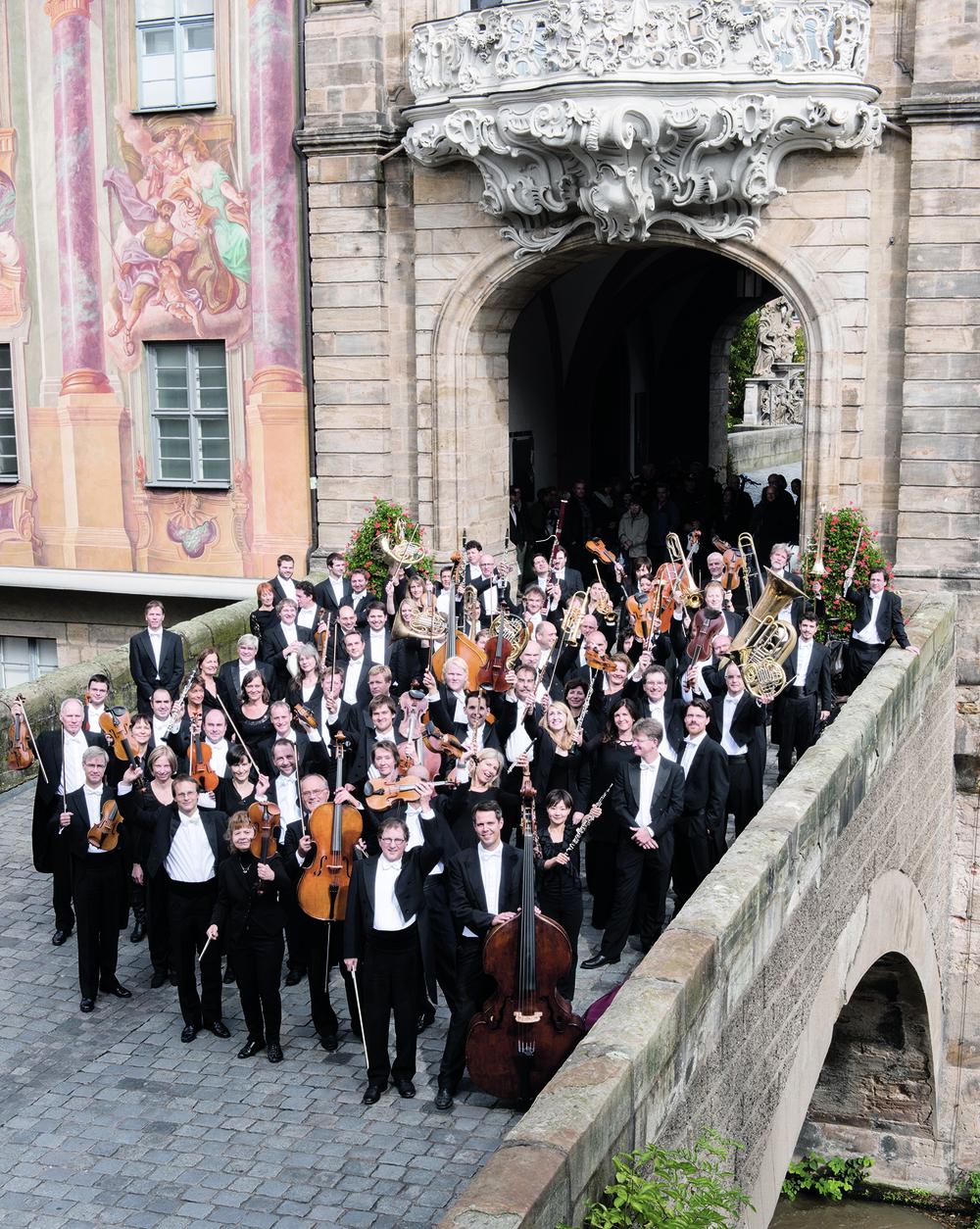 Orchesterfoto auf Brücke c Michael Trippel_Smaller.jpg