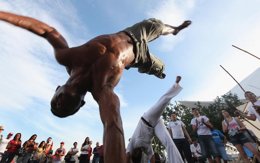 """hojetemcapoeira :   ✌🎶 """"Uma vida de intriga, Cheia de desilusão, Todo mundo só me vê, Quando estou com a mão no chão, capoeira… ê capoeira, ê capoeira!""""  Conheçam a  Fazenda Água da Capoeira   http://goo.gl/fb/Y9vn5s"""