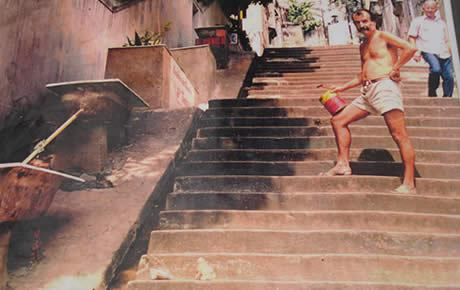 brazilwonders :     In 1990, Chilean-born artist Jorge Selarón began to paint the stairs of Lapa, which previously were a bit run-down and bland, as you can see from the photo above. Having moved to Rio in the early 80′s, several years went by before he started to bring life to the staircase that stops at his door step. Being constantly out of money, he had to sell his paintings (of pregnant women, his other fascination) in order to fund the work on his most ambitious project ever.       (by  eyesonbrazil )