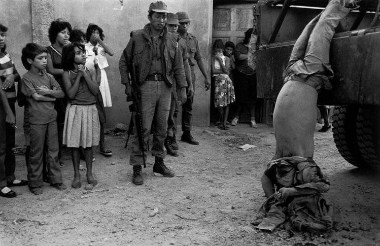 simply-war :      El SALVADOR. 1982. Guerilla dragged through the street of Cuscatlancingo. ©Susan Meiselas