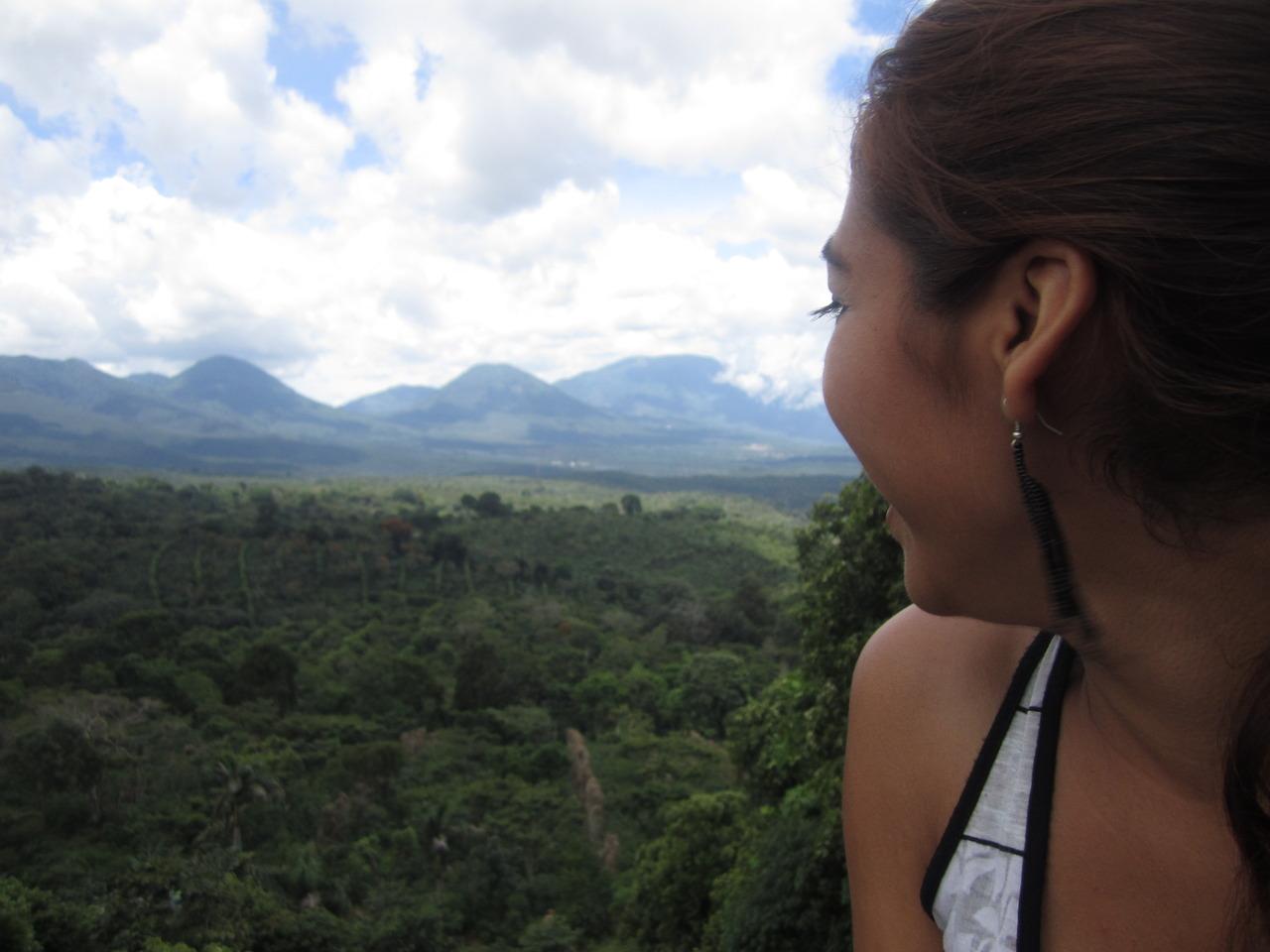 Nonací en El Salvador, pero quiero a esta tierra como que si fuera nativa de aqui. La connection a estas tierras es bien fuerte. Es un lugar lindo que me llena de emociones. Quisas haiga nacido en los Estados Unidos, pero mis raices no son de alli. Son de aca, y por eso orgullosamente me identifico como Salvadoreña.