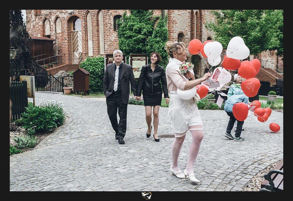 Braut mit Hochzeitsballons