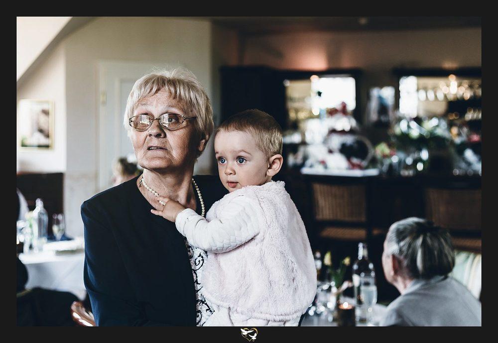 Kind und Oma in der Hochzeitslounge