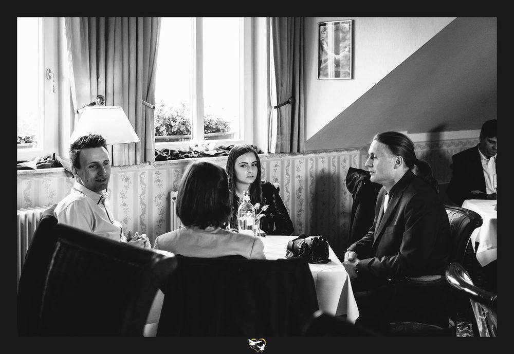 Hochzeitsgäste am Tisch