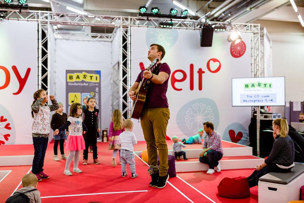 Musik erleben mit Basti Kinderlieder auf der Showbuehne
