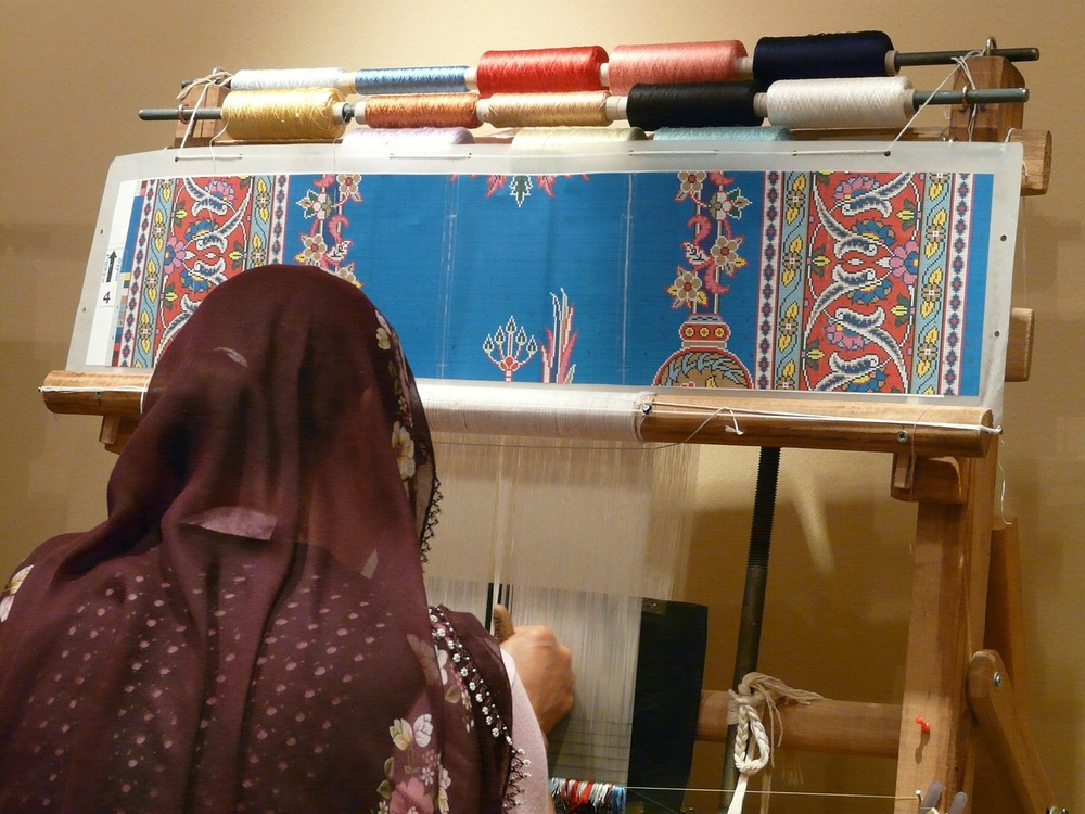 There are various different manual and electronic looms, but all of them refer to the machine used to weave carpets on.