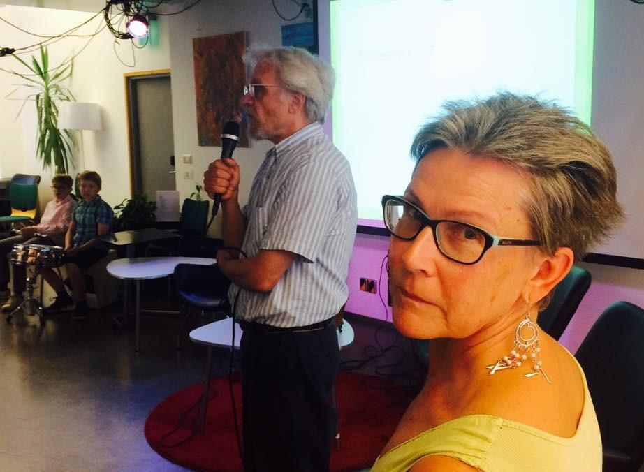 Kuvassa vasemmalta: tilaisuuden musiikista vastannut Bobibois, puheenvuoron käyttänyt professori Pentti Arajärvi ja aloitetta esitellyt Ritva Hujanen