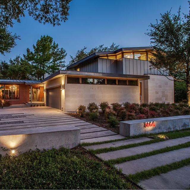 Here's a house we designed in North Dallas. The use of wood brings warmth and a sense of comfort to the interior space, while glass walls bring the surrounding landscape into clear view.  #texasarchitecture #modernarchitecture #residentialarchitecture #dallasarchitecture #archdaily #archdigest