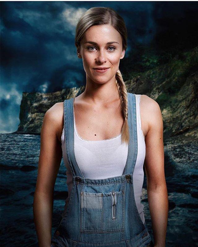SVARTSJÖN - Missa inte premiären imorgon kväll på @viaplaysverige! Då får ni träffa bland andra den här snickarbyxtjejen Agnes Linder. Håll i er!! ———————————————— BLACK LAKE - Premieres tomorrow on @viaplaysverige! Don't miss out! . . . . . . . . . . . . . #svartsjön2 #blacklake #viaplay #jarowskij #thriller #premiere #actress #esterudden #svartsjön #series #agnes #nentgroup #sweden