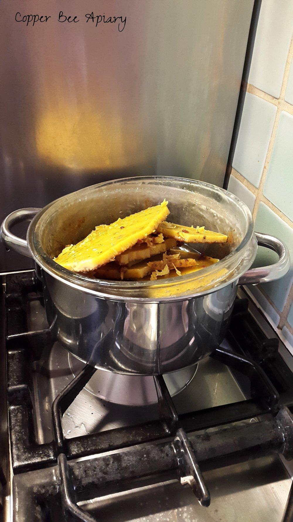 Remelting beeswax for filtering