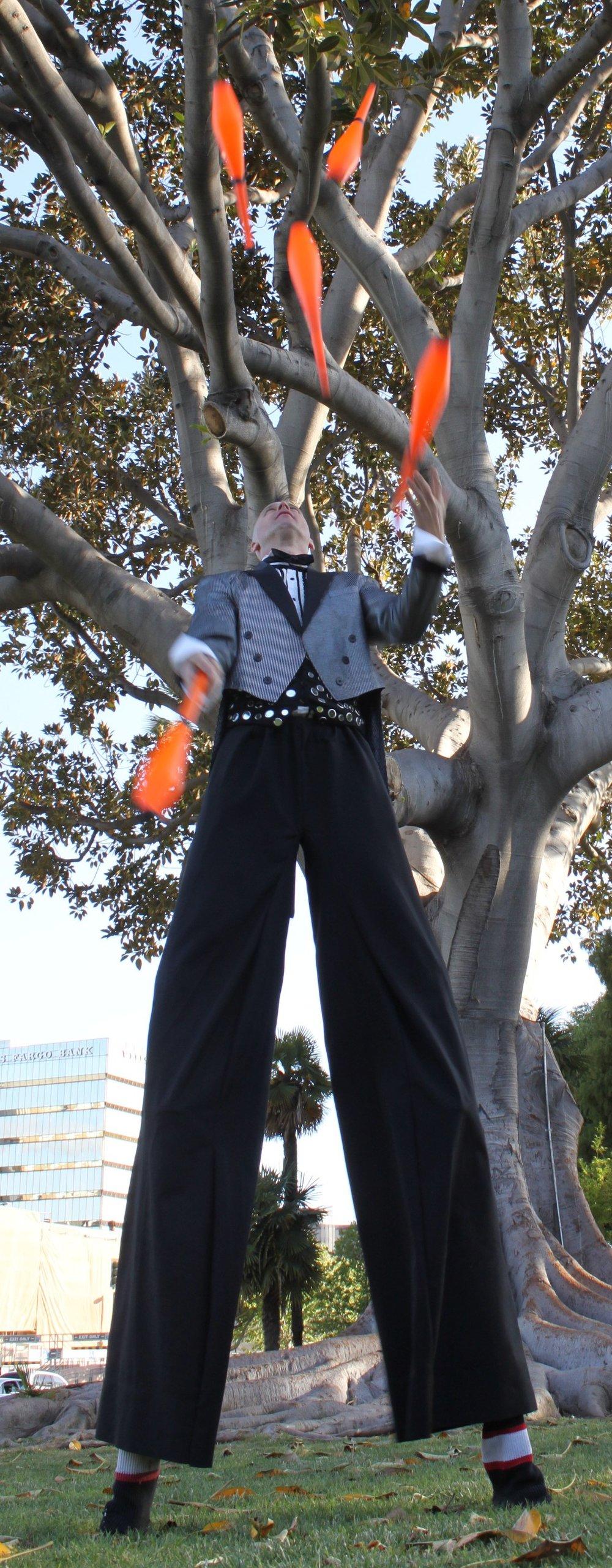 Rob Crites Juggling 5 clubs on Stilts.JPG