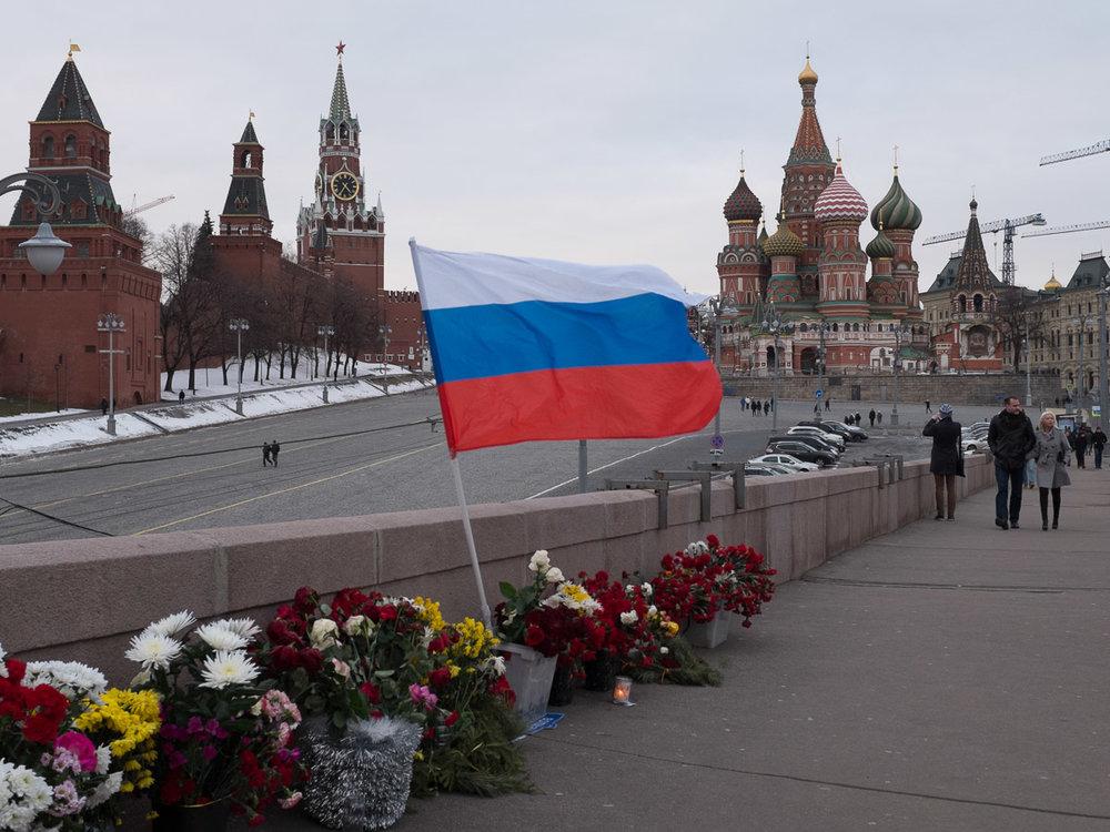 Народный мемориал на месте убийства политика Бориса Немцова