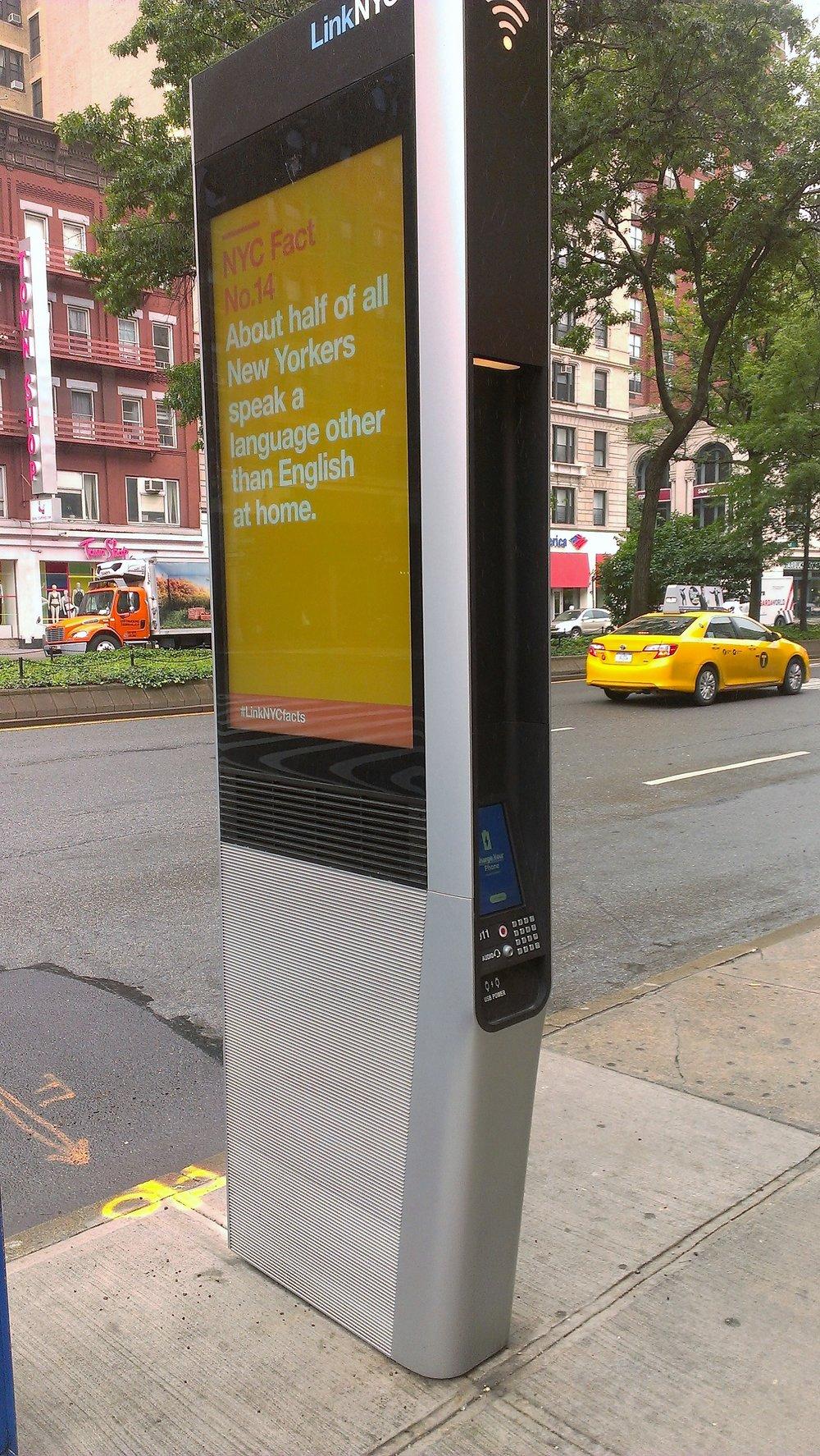 Многофункциональный автомат, с помощью которого можно получить информацию на разных языках, зарядить свои гаджеты через USB-порт и подключиться к wifi.