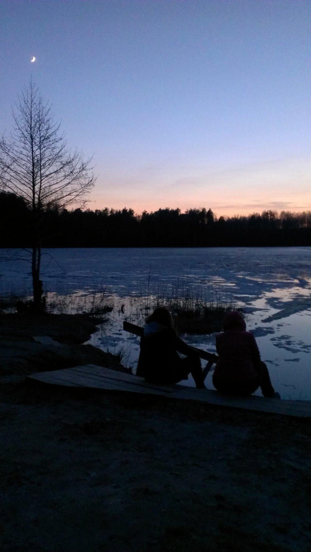 Восход луны над озером.