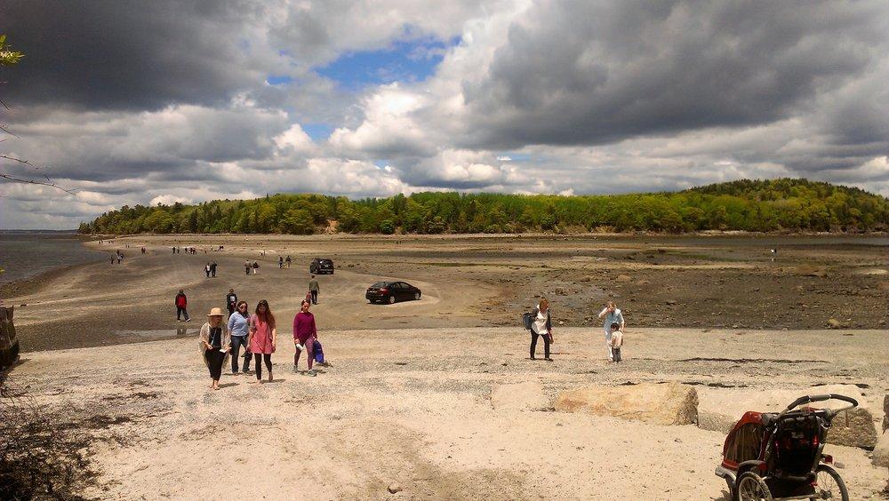 Выход на остров Бар через песчаную отмель во время отлива…