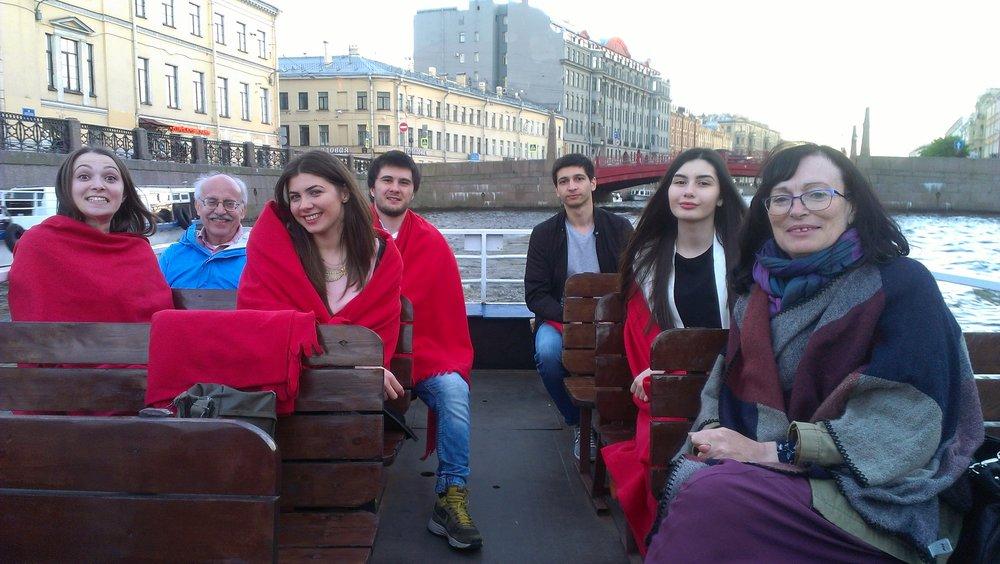 Гленн, Марина и мои друзья из Беслана наслаждаются речной прогулкой по Неве в сезон белых ночей.