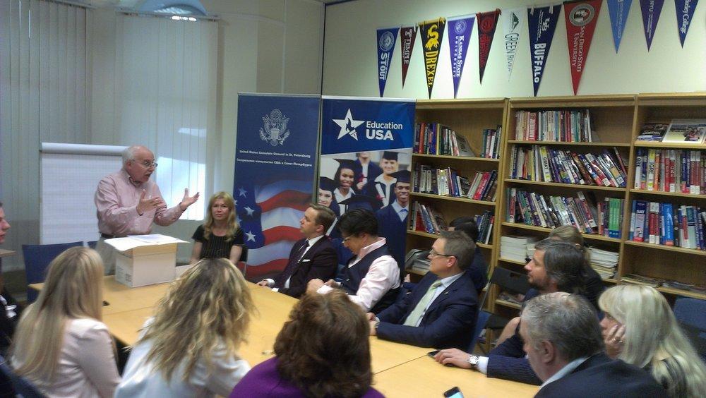 Гленн объясняется с питерскими юристами языком жестов.