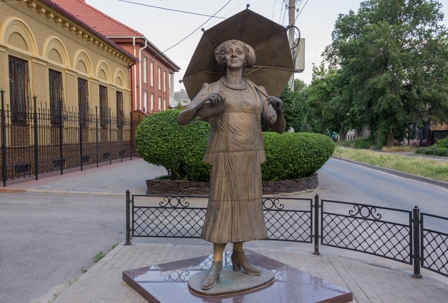 Памятник Раневской в ее родном городе Таганроге