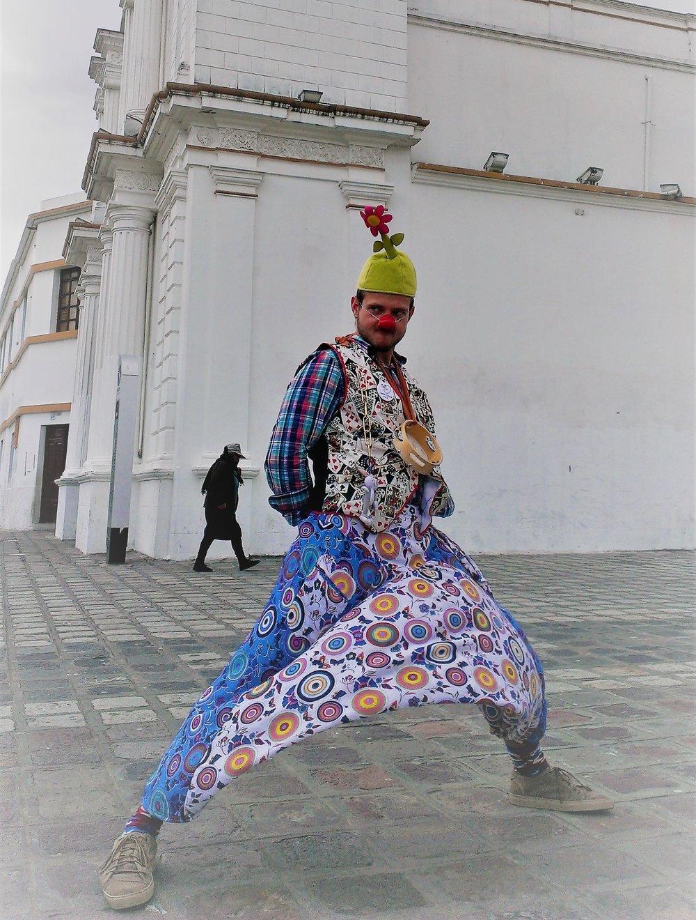 На фото: Макс в Зоиной юбке изображает клоуна в Кито