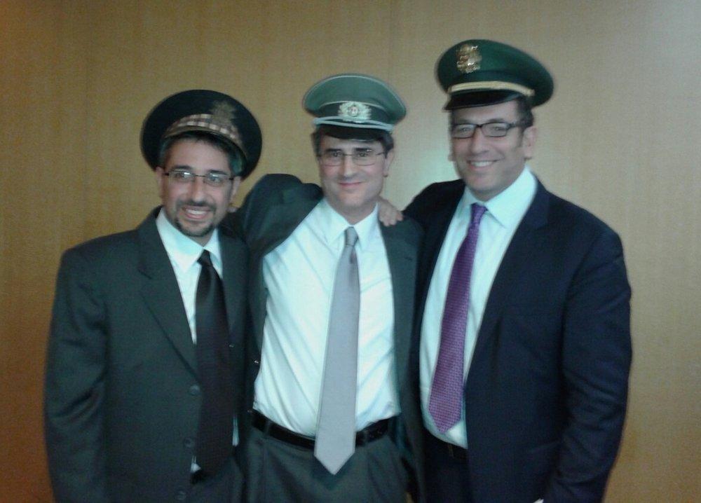На фото: Джон, Джастин и Джейми после поминальной службы в октябре 2013 года