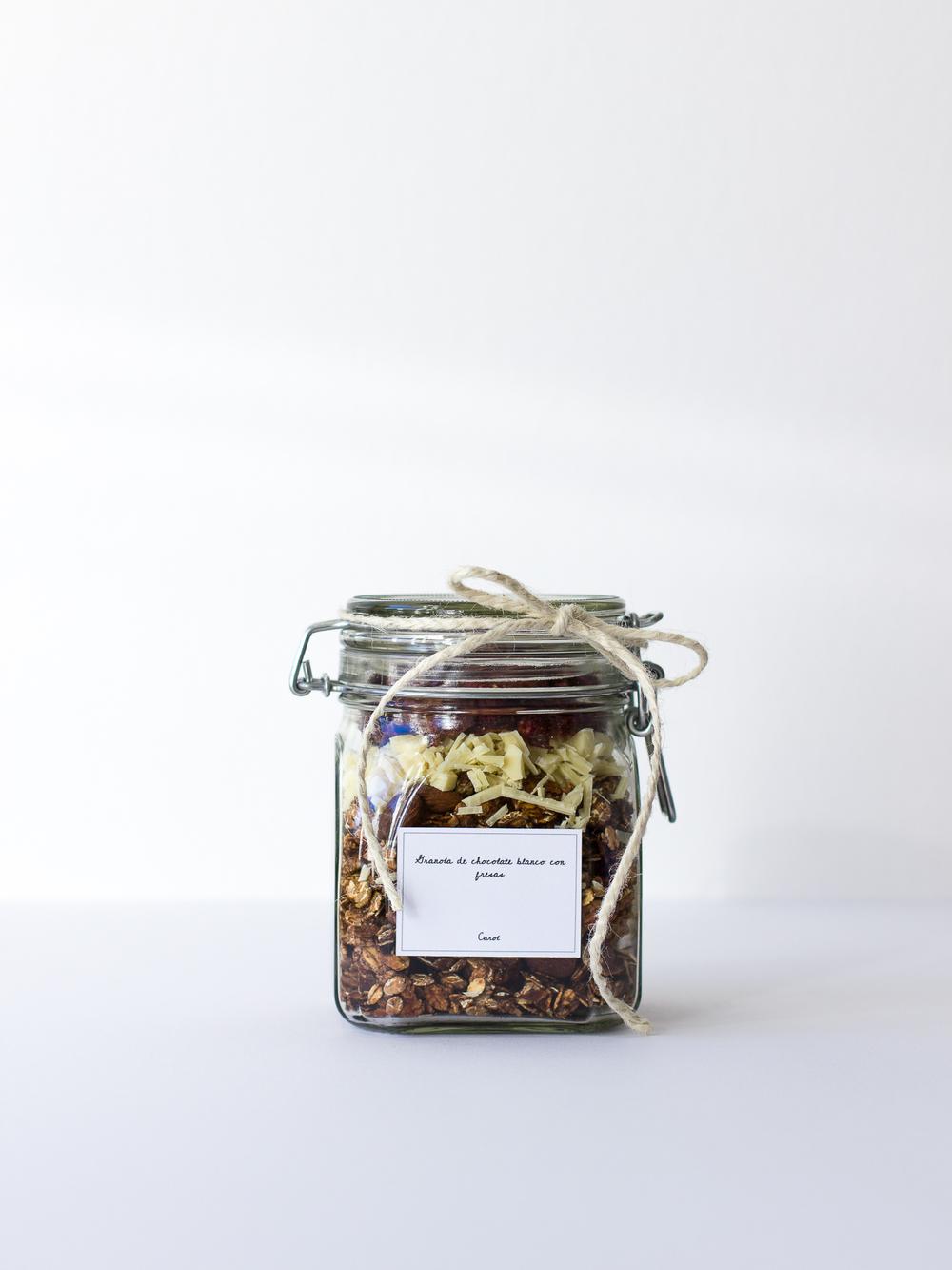 Granola de chocolate blanco con fresas