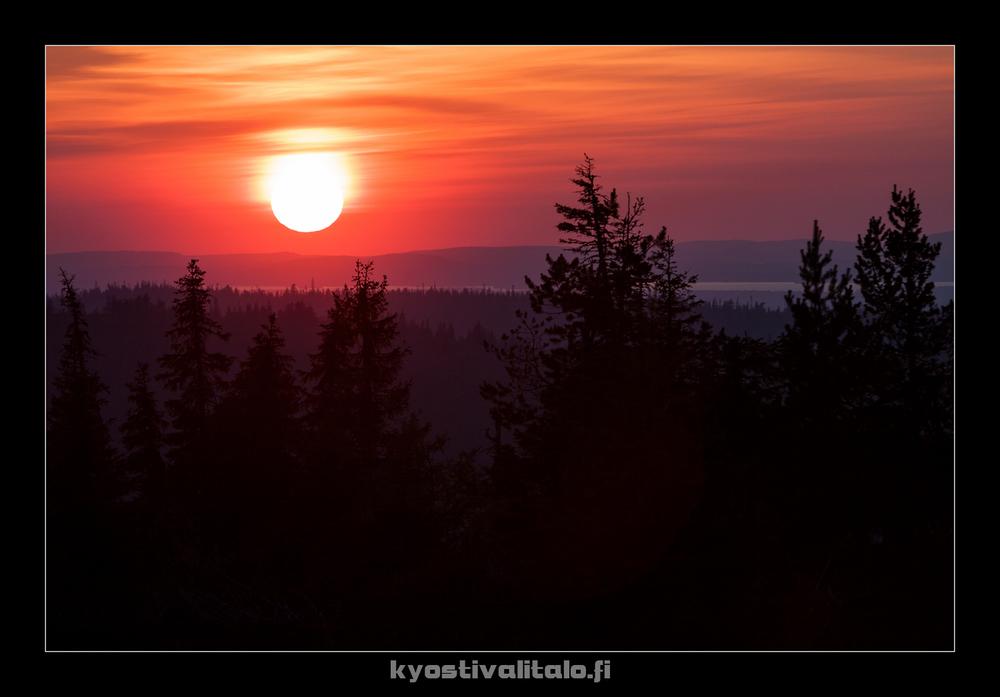 Auringonlasku hienoimmillaan teleobjektiivilla poimittuna.