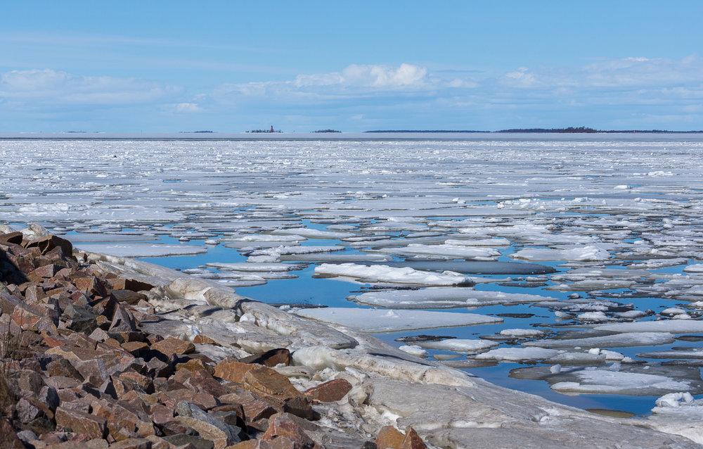 Meri on vielä jäässä, vain voimakkaimmat virtauspaikat ovat sulana.
