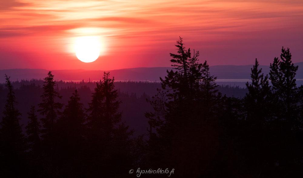 Erittäin värikäs elokuinen auringonlasku Riisitunturilla.