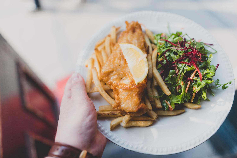 Fish & Chips au Pub St-Alexandre pour le Carrefour international de théâtre de Québec:Filet d'aiglefin pané à la bière rousse servi avec salade de roquette, légumes croquants, vinaigrette à l'échalote et vin blanc ainsi que nos délicieuses frites.