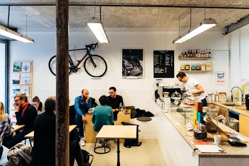 Un café avec les bicyclettes chez Steel Café à Paris