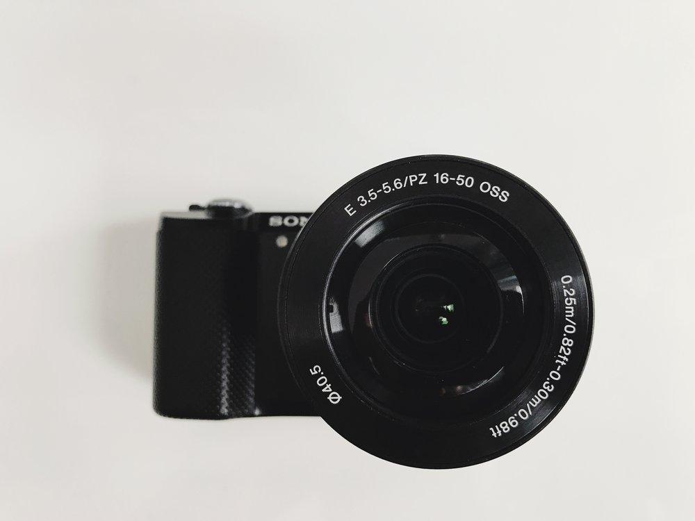 Appareil photo sans miroir a5000 de Sony avec objectif 16-50 mm /Lien vers Kijiji