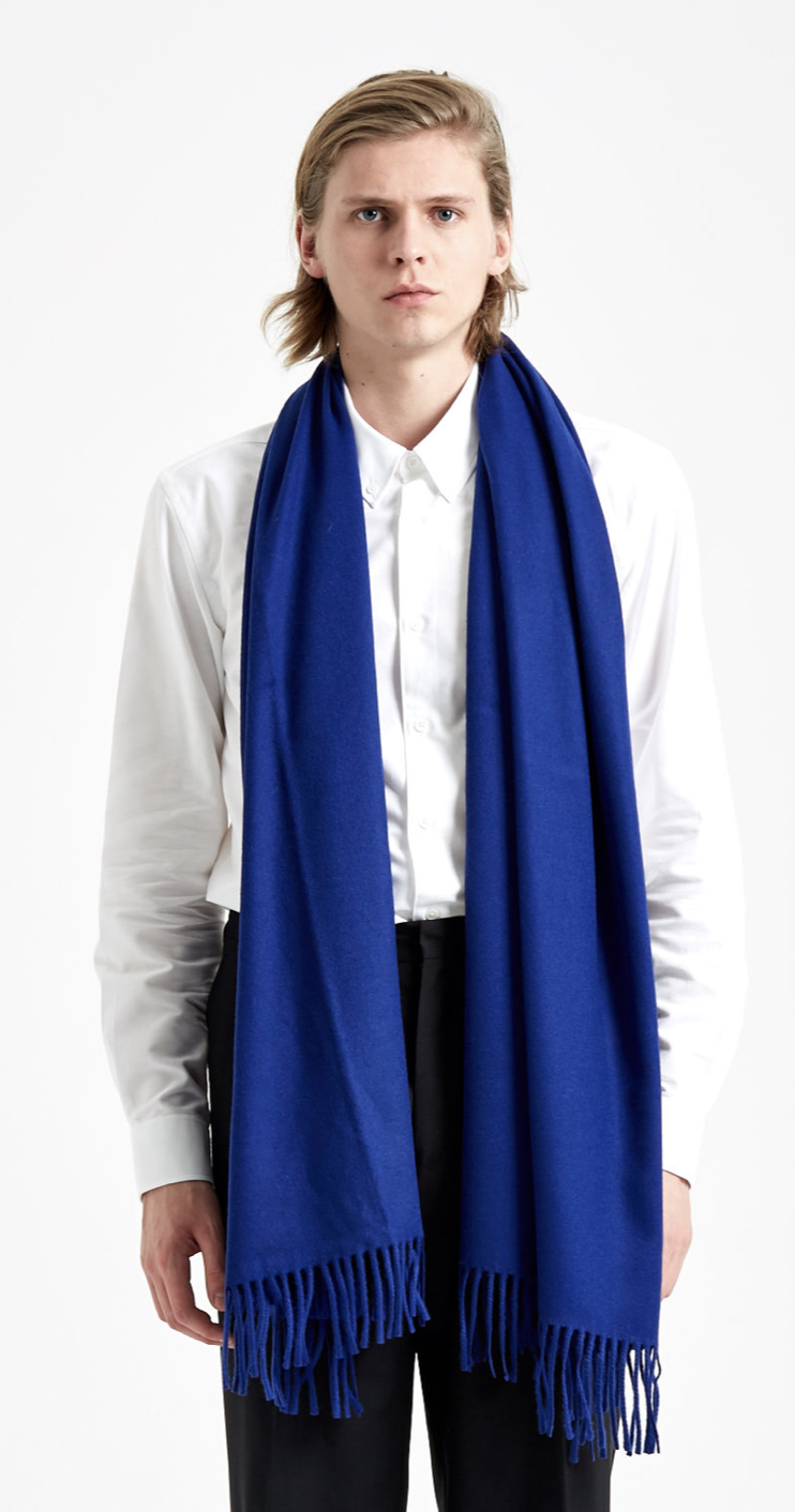 Give a little kick to a basic look with this Études virgin wool scarf. Large enough to cover your neck entirely and get ready for nordic countries - FASHION GIFT IDEAS - THE ULTIMATE GIFT LIST FOR THE MODERN MEN