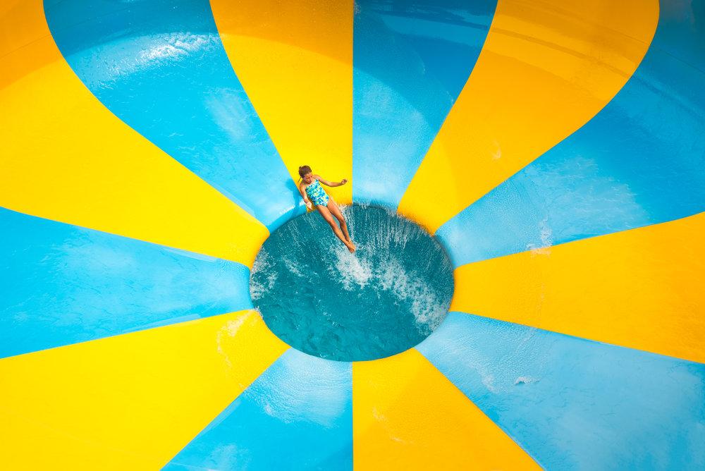 enfant dans les jeux d'eau au village vacances valcartier