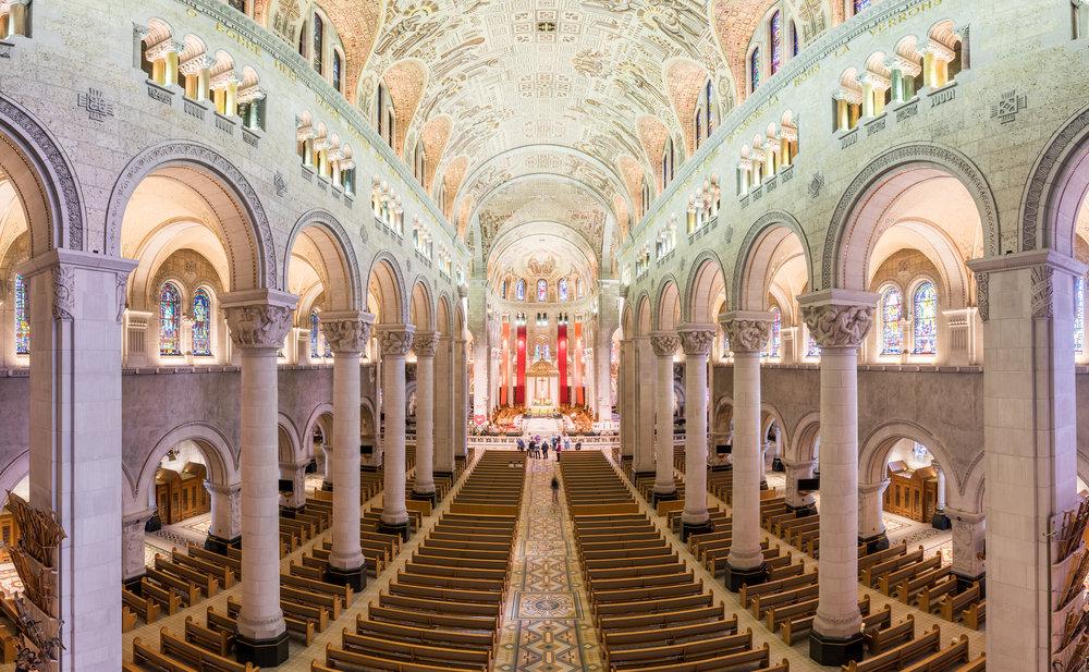 vue interieure de la basilique  sainte-anne-de-beaupre sur la cote de beaupre dans la region de quebec - ete
