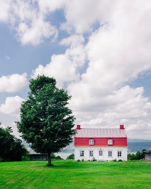 The sweet escape 😌 #jeffontheroad #explorecanada #quebecregion #quebecjetaime #houseportrait